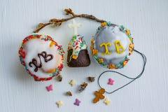 Παραδοσιακές ζύμες διακοπών Πάσχας, cupcakes, στο ξύλινο υπόβαθρο στοκ εικόνες
