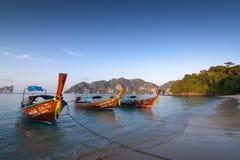 Παραδοσιακές ταϊλανδικές μακριές βάρκες που στέκονται κοντά στην άσπρη ακτή άμμου Phi Phi των νησιών, Ταϊλάνδη στοκ φωτογραφία με δικαίωμα ελεύθερης χρήσης