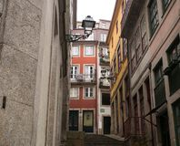 Παραδοσιακή ζωηρόχρωμη αρχιτεκτονική και περίκομψοι λαμπτήρες οδών στο Πόρτο, Πορτογαλία στοκ εικόνες με δικαίωμα ελεύθερης χρήσης