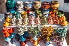 Παραδοσιακή μαροκινή αγορά με τα αναμνηστικά Χειροποίητος κεραμικός στοκ φωτογραφία με δικαίωμα ελεύθερης χρήσης