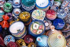 Παραδοσιακή μαροκινή αγορά με τα αναμνηστικά Χειροποίητος κεραμικός στοκ εικόνες με δικαίωμα ελεύθερης χρήσης
