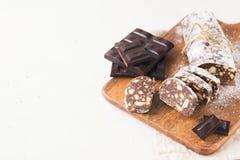 Παραδοσιακό σαλάμι λουκάνικων σοκολάτας με το κακάο και τη σοκολάτα στοκ εικόνα με δικαίωμα ελεύθερης χρήσης