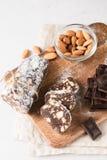 Παραδοσιακό σαλάμι λουκάνικων σοκολάτας με το κακάο και τη σοκολάτα στοκ φωτογραφία