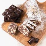 Παραδοσιακό σαλάμι λουκάνικων σοκολάτας με το κακάο και τη σοκολάτα στοκ εικόνες
