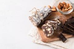 Παραδοσιακό σαλάμι λουκάνικων σοκολάτας με το κακάο και τη σοκολάτα στοκ φωτογραφίες με δικαίωμα ελεύθερης χρήσης