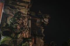 Παραδοσιακό τρομακτικό να φανεί γλυπτό πετρών νησιών του Μπαλί τη νύχτα στοκ φωτογραφία με δικαίωμα ελεύθερης χρήσης