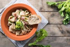 Παραδοσιακό πιάτο των ζυμαρικών Orecchiette περιοχών Apulia με τα πράσινα κραμβών και τις αλατισμένες αντσούγιες, κινηματογράφηση στοκ φωτογραφίες