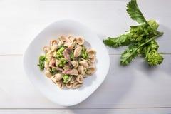 Παραδοσιακό πιάτο των ζυμαρικών Orecchiette περιοχών Apulia με τα πράσινα κραμβών και τις αλατισμένες αντσούγιες, τοπ άποψη, άσπρ στοκ φωτογραφία με δικαίωμα ελεύθερης χρήσης