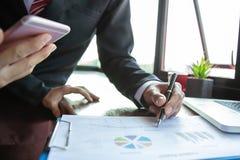 Παρουσίαση επιχειρησιακής συνεδρίασης ομάδας Πρόγραμμα εργασίας επιχειρηματιών χεριών στο σύγχρονο γραφείο Φορητός προσωπικός υπο στοκ φωτογραφία με δικαίωμα ελεύθερης χρήσης
