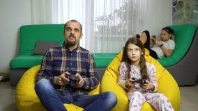 Πατέρας και κόρες που ξοδεύουν το χρόνο μαζί στο σπίτι φιλμ μικρού μήκους