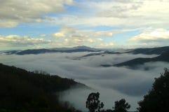 Παχιά ομίχλη πέρα από την κοιλάδα στοκ εικόνες