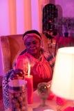 Παχουλός fortune-teller αφροαμερικάνων στα εθνικά στολισμούς που φαίνεται συγκεντρωμενός στοκ φωτογραφία με δικαίωμα ελεύθερης χρήσης