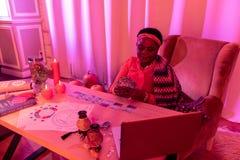 Παχουλός fortune-teller αφροαμερικάνων στα εθνικά στολισμούς που φαίνεται περιλήφθενός στοκ εικόνες με δικαίωμα ελεύθερης χρήσης