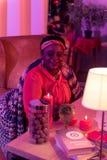 Παχουλός fortune-teller αφροαμερικάνων στα εθνικά στολισμούς που παίρνουν έτοιμα για την εργασία στοκ φωτογραφία