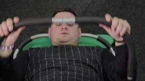 Παχύς Τύπος τραίνων ατόμων στο πάτωμα στη γυμναστική απόθεμα βίντεο