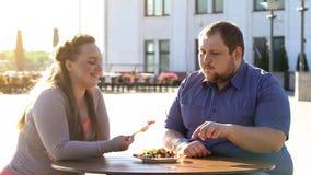 Παχύ ζεύγος που τρώει τη σαλάτα φρέσκων λαχανικών στην υπαίθρια ημερομηνία, υγειονομική περίθαλψη, θερμίδες στοκ φωτογραφίες με δικαίωμα ελεύθερης χρήσης