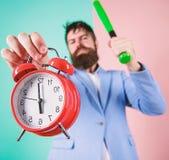 Πειθαρχία και κυρώσεις Κύριο επιθετικό ξυπνητήρι λαβής προσώπου Καταστρέψτε ή κλείστε Ρολόι και μπέιζ-μπώλ λαβής κοστουμιών ατόμω στοκ εικόνα