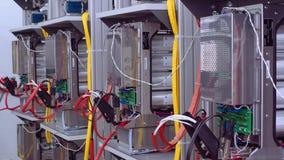 Πεδία δοκιμών στο εργαστήριο για την παραγωγή των βασισμένων σε μικροεπεξεργαστή συσκευών προστασίας και αυτοματοποίησης Καλώδια  απόθεμα βίντεο