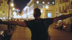 Περίπατος τύπων κάτω από την πόλη νύχτας οδών και τα όπλα του στην πλευρά για την ελευθερία της ζωής απόθεμα βίντεο