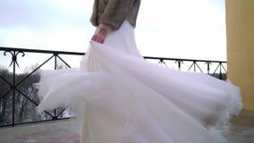 Περιβάλλοντας και κυματίζοντας φόρεμα νυφών στο χειμώνα απόθεμα βίντεο