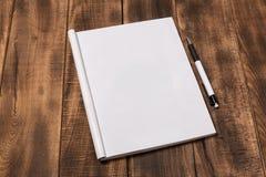 Περιοδικό ή κατάλογος προτύπων στον ξύλινο πίνακα στοκ φωτογραφία