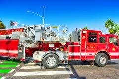 Περιοχή Μπέβερλι Χιλς και πυροσβεστικά οχήματα, βιασύνη στην πυρκαγιά στοκ εικόνες