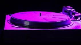 Περιστροφική πλάκα για τα βινυλίου αρχεία στο φως disco απόθεμα βίντεο
