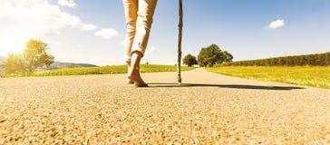 Περπατώντας γυναίκα στο δρόμο στοκ φωτογραφίες