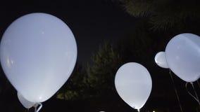 Πετώντας ουρανός μπαλονιών τη νύχτα απόθεμα βίντεο