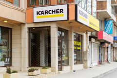 Πινακίδα Karcher επάνω από το κέντρο καταστημάτων και υπηρεσιών εμπορικών σημάτων στη Βάρνα, άποψη από την οδό Το Karcher παράγει στοκ φωτογραφίες με δικαίωμα ελεύθερης χρήσης