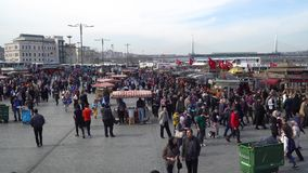 Πλήθος των ανθρώπων που περπατούν στο λιμενικό της πλατείας Eminonu, Κωνσταντινούπολη, Τουρκία φιλμ μικρού μήκους