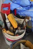 Πλαστικοί κάδοι τσιμέντου με άλλα εργαλεία κατασκευής στοκ φωτογραφίες με δικαίωμα ελεύθερης χρήσης