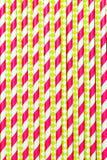 Πλαστικό ρόδινο χρώμα αχύρων κατανάλωσης εγγράφου Κάθετη ανασκόπηση στοκ φωτογραφίες