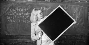 Πληροφορίες Hometask Ο δάσκαλος παρουσιάζει σχολικές πληροφορίες Θυμηθείτε αυτές τις πληροφορίες Έξυπνη λαβή γυναικών χαμόγελου δ στοκ εικόνες