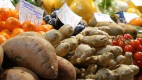 Ποικιλία των διαφορετικών φρούτων στο μετρητή της κεντρικής αίθουσας αγοράς Υγιή τρόφιμα, βιταμίνες, επιγραφή στα ουγγρικά απόθεμα βίντεο