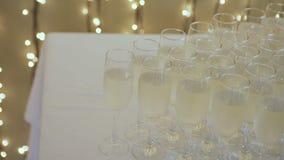 Πολλά ποτήρια της σαμπάνιας στον πίνακα φιλμ μικρού μήκους