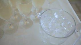 Πολλά ποτήρια της σαμπάνιας στον πίνακα απόθεμα βίντεο