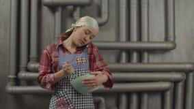 Πολλαπλών καθηκόντων γυναίκα που μιλά στο τηλέφωνο μαγειρεύοντας απόθεμα βίντεο