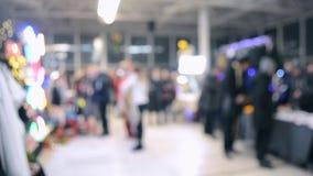 Πολλοί άνθρωποι περπατούν μέσα στη λεωφόρο ή το κατάστημα με το φωτισμό φιλμ μικρού μήκους