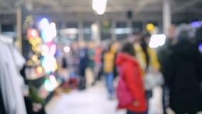 Πολλοί άνθρωποι περπατούν μέσα στη λεωφόρο ή το κατάστημα με το φωτισμό απόθεμα βίντεο