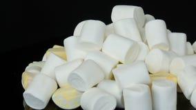 Πολύχρωμες μίνι marshmallow καραμέλες στην επιφάνεια καθρεφτών και ένα μαύρο υπόβαθρο Το πρόβλημα του διαβήτη και να παραφάει φιλμ μικρού μήκους