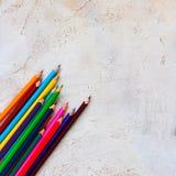 Πολύ Pecils των διαφορετικών φωτεινών χρωμάτων στη διαγώνια γραμμή στο γκρίζο υπόβαθρο τσιμέντου, παιδί, παιδιά, εκπαίδευση, διάσ στοκ εικόνα με δικαίωμα ελεύθερης χρήσης