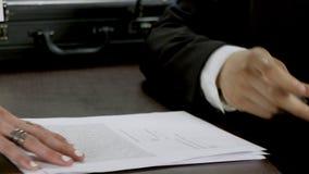 Πολυάσχολος δικηγόρος που απασχολείται στην υπογραφή γραφείων στην επιχειρησιακή συμφωνία απόθεμα βίντεο