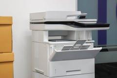 Πολυσύνθετος εκτυπωτής λέιζερ γραφείων για τη χρήση στα έγγραφα ανίχνευσης και εκτύπωσης στον εργασιακό χώρο στοκ φωτογραφία