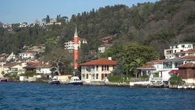 Πολυτελή και ακριβά μπροστινά ιστορικά σπίτια θάλασσας από το στενό Bosphorus, Κωνσταντινούπολη, Τουρκία απόθεμα βίντεο