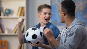 Πολυφυλετικός νέος στόχος σημείωσης ομάδων ποδοσφαίρου φίλων ενθαρρυντικός, αγαπημένος, ελεύθερος χρόνος απόθεμα βίντεο