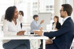 Πολυφυλετικό businesspeople που λειτουργεί μαζί στο κοινό γραφείο στοκ εικόνα
