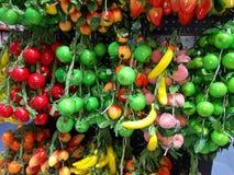 Πολυ χρωματισμένα τεχνητά φρούτα κατατάξεων στοκ φωτογραφίες