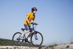 Ποδήλατο βουνών Αθλητισμός και υγιής ζωή ακραίος αθλητισμός Ποδήλατο και άτομο βουνών Υπαίθριος ακραίος αθλητισμός τρόπου ζωής στοκ φωτογραφία