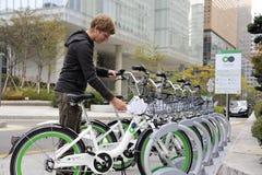Ποδήλατο που μοιράζεται το σύστημα στη Σεούλ στοκ εικόνες